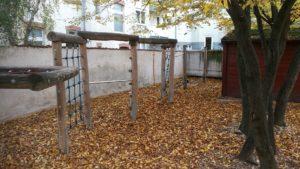 Ein Klettergerüst im Herbstlaub ...